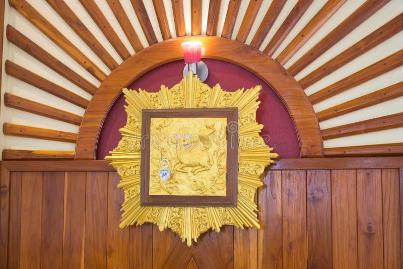 Tabernáculo no altar na igreja paroquial da trindade santamente, Tailândia imagem de stock royalty free