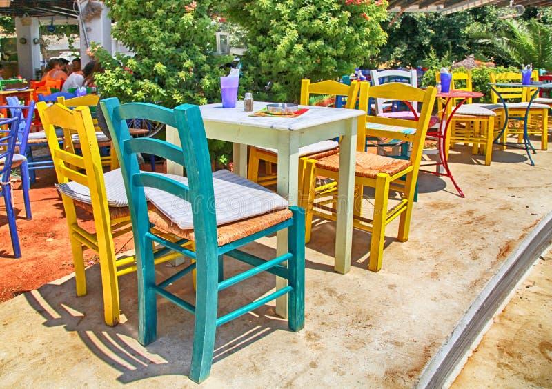 Taberna grega do passeio tradicional com tabelas coloridos e imagens de stock royalty free