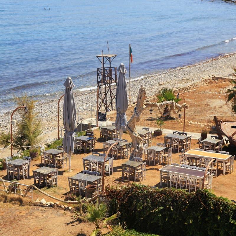 Taberna grega exterior pela praia do mar, Creta imagens de stock royalty free