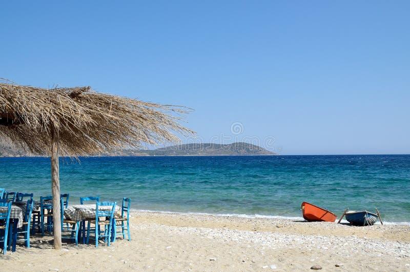 Taberna grega pelo mar fotografia de stock