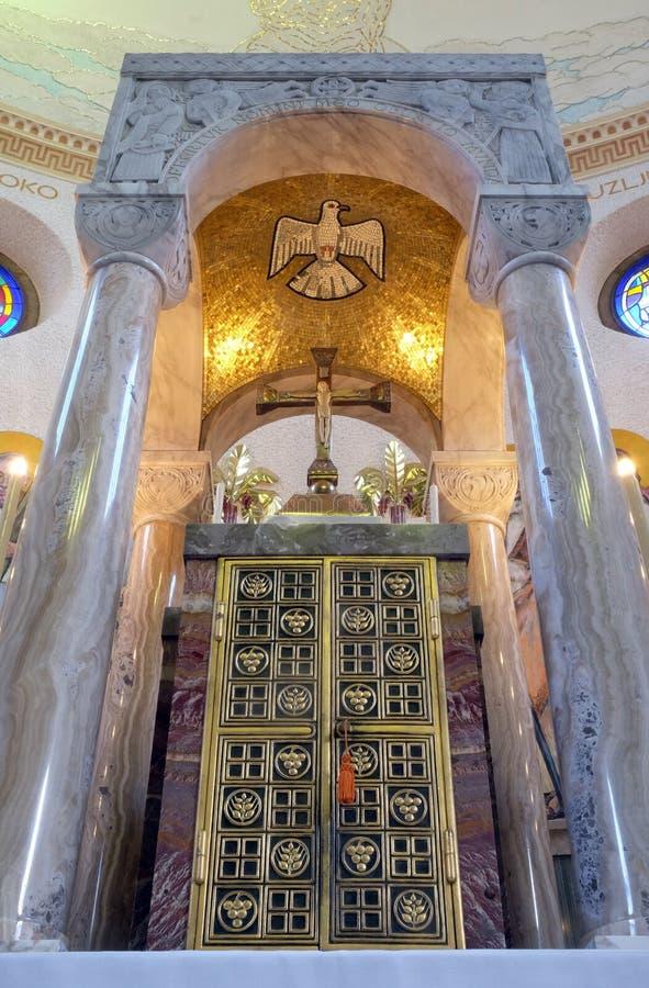 Tabernacle sur l'autel principal dans l'?glise de Blaise de saint ? Zagreb photo stock