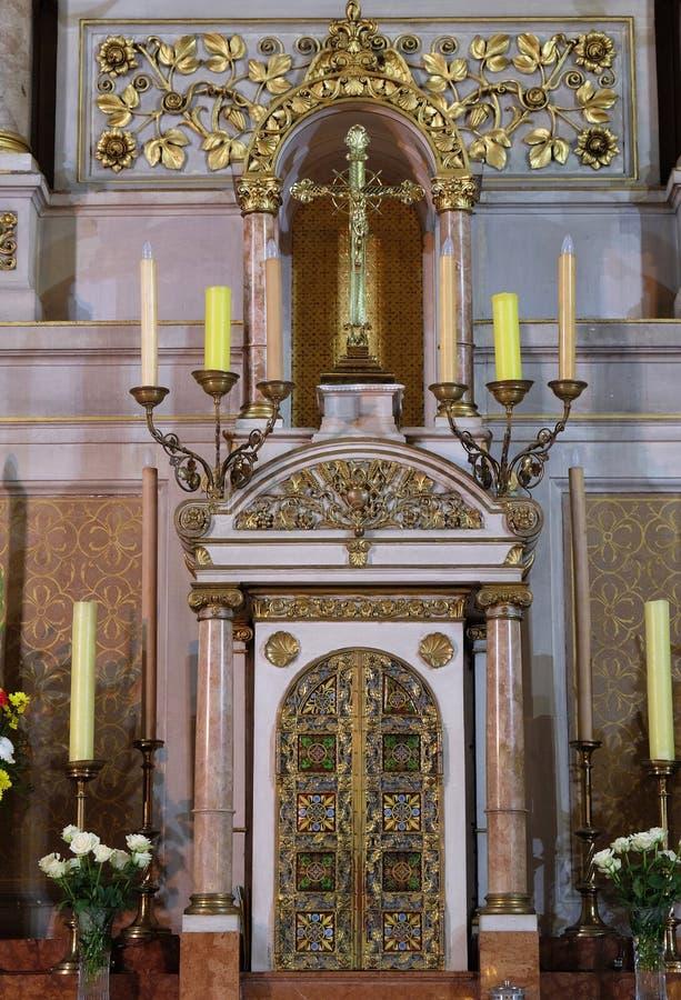 Tabernakel op het belangrijkste altaar in Basiliek van het Heilige Hart van Jesus in Zagreb royalty-vrije stock foto's