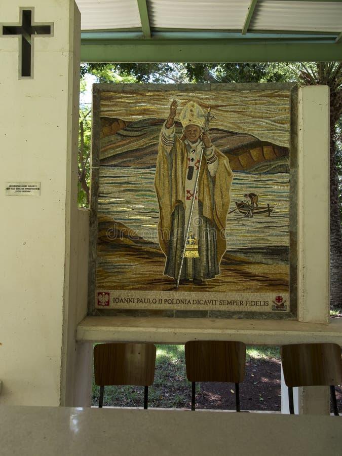 TABGHA, ISRAEL - Juli 9: Mosaik, das den Aufenthalt von Papst John Paul II in Tabgha gedenkt lizenzfreie stockfotografie