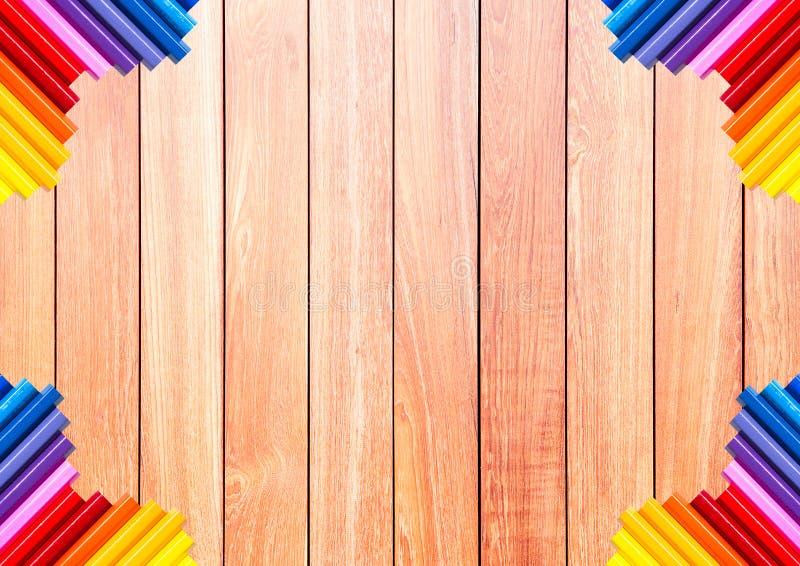 Tablón de madera de Brown con el lápiz colorido en la esquina imágenes de archivo libres de regalías