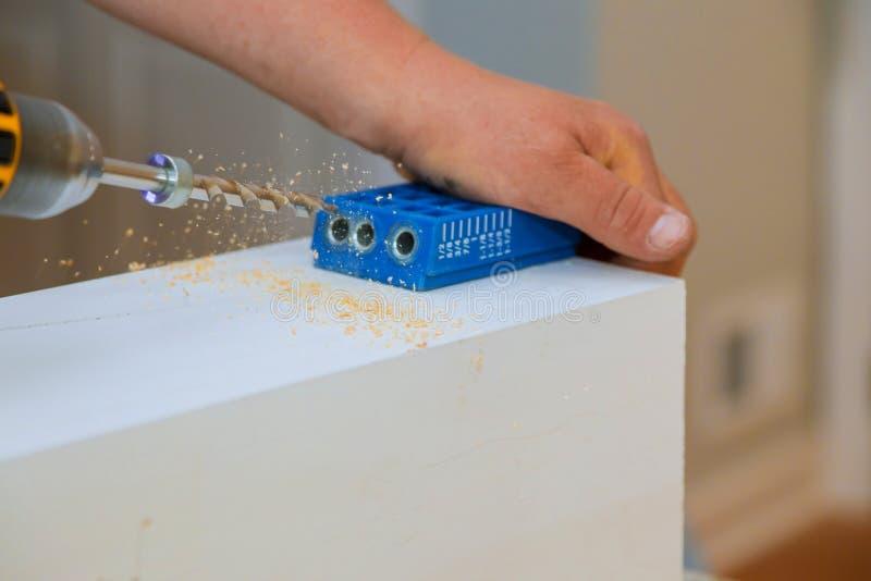 Tablón de madera de perforación, broca hacer el primer del agujero fotografía de archivo
