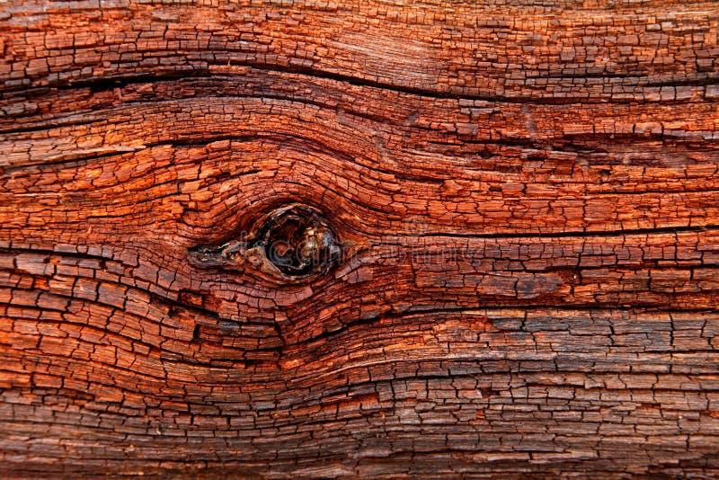 tablón muy viejo de la madera envejecida roja chamuscada resistida por tiempo con las porciones de grieta fotografía de archivo libre de regalías