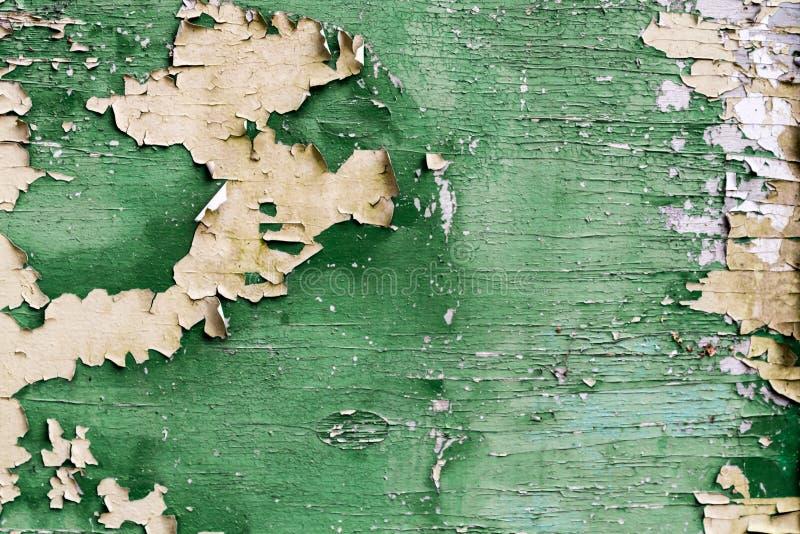 Tablón verde viejo con la pintura de la peladura imagenes de archivo