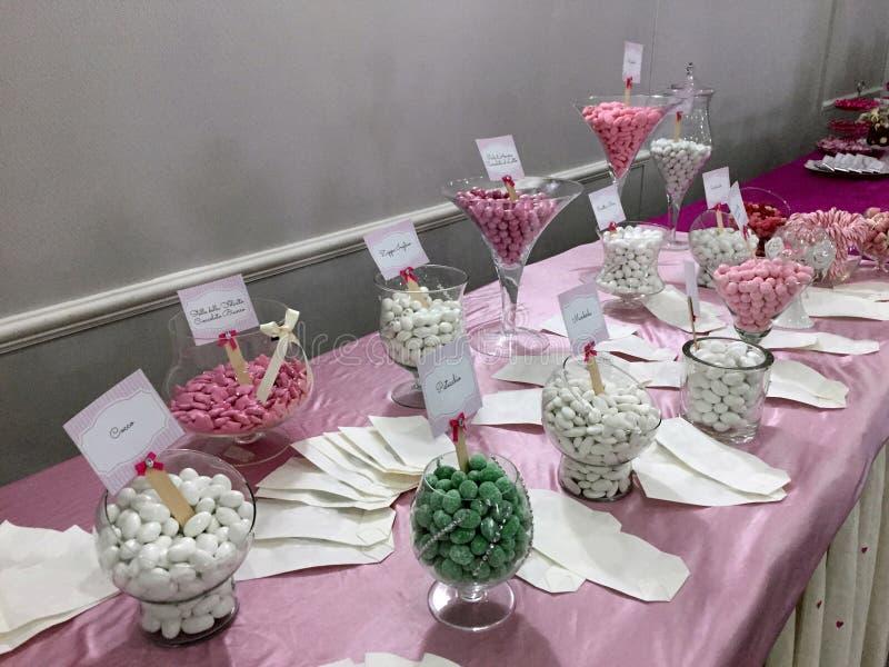 Tabla adornada en rosado por completo de los caramelos, celebración de la muchacha imagen de archivo libre de regalías