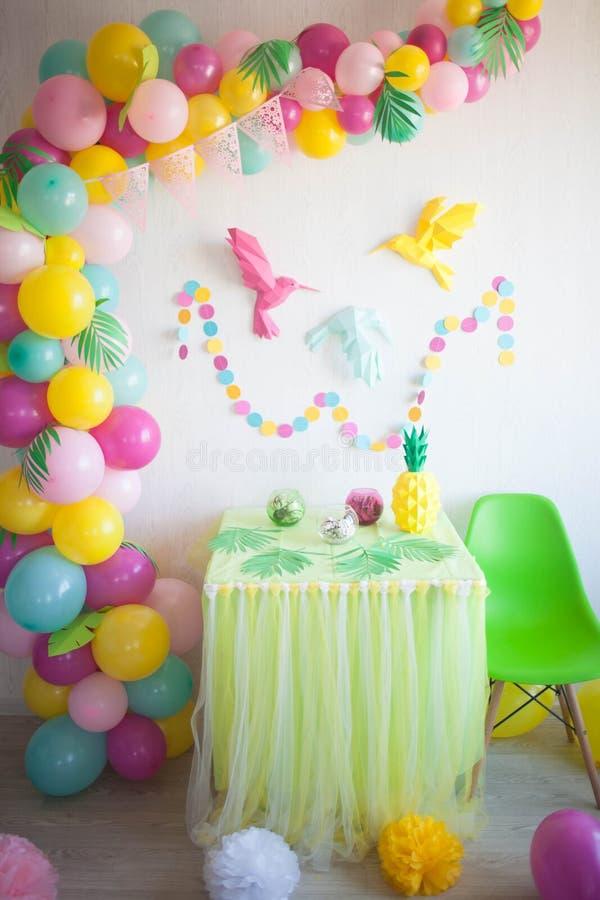 Tabla adornada maravillosamente para una fiesta de cumpleaños colorida fotos de archivo