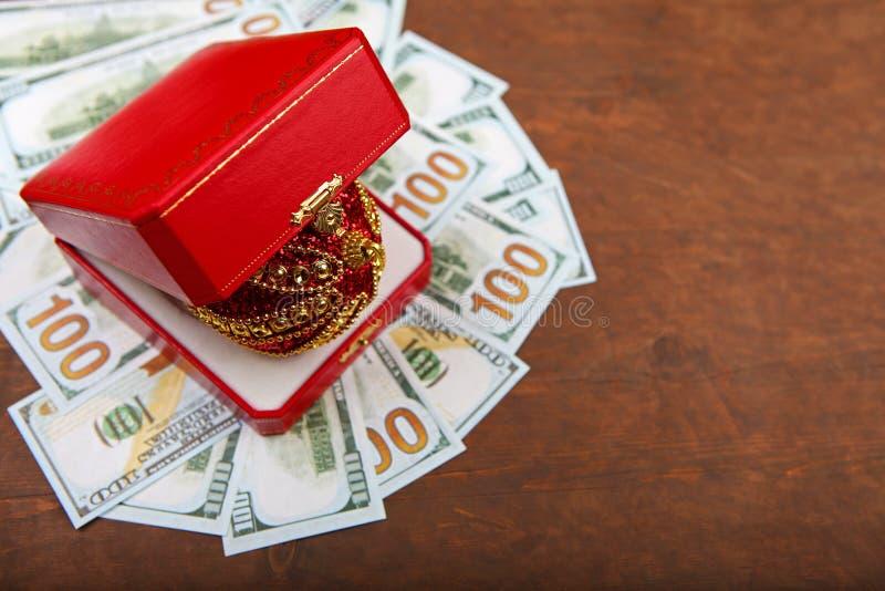 Tabla aguda de madera del dinero rojo de la caja de la bola del juguete del Año Nuevo imagen de archivo libre de regalías