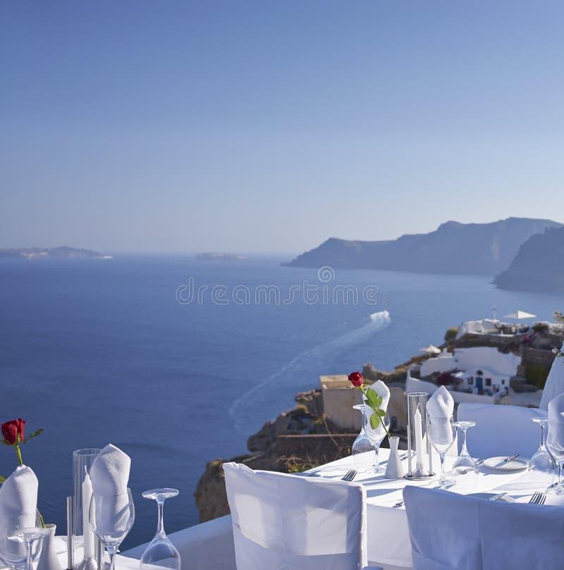Tabla al aire libre que hace frente al Mar Egeo imagen de archivo libre de regalías