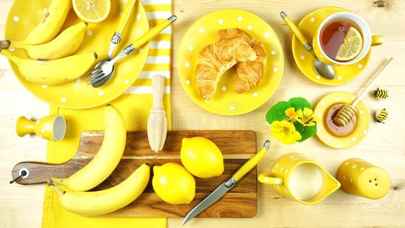 Tabla amarilla colorida del brunch del desayuno del tema que fija flatlay imagen de archivo