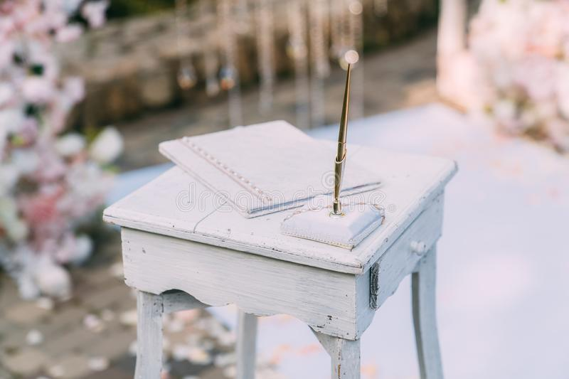 Tabla ascendente cercana para casarse el registro Día de boda, matrimonio imagen de archivo libre de regalías