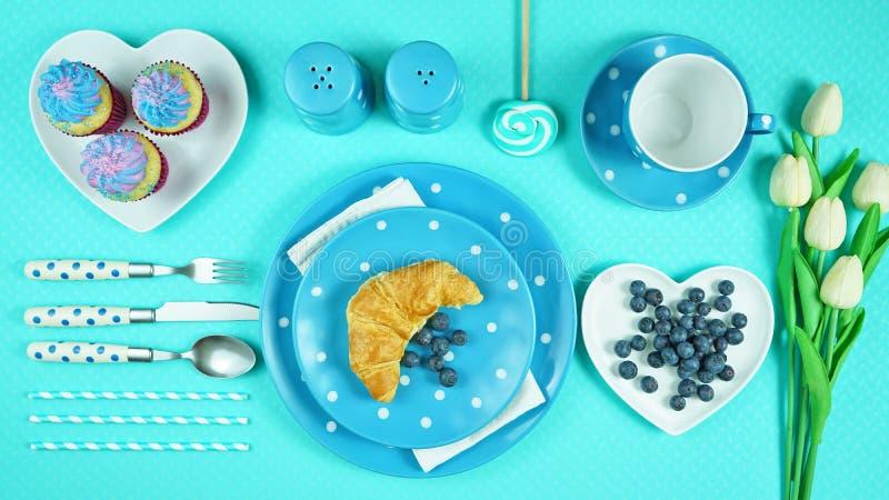 Tabla azul colorida del brunch del desayuno del tema que fija flatlay imágenes de archivo libres de regalías