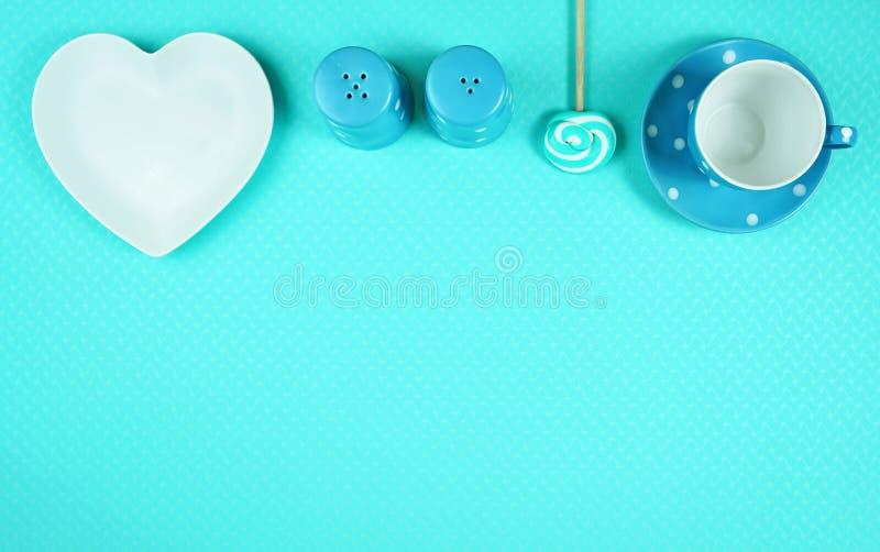 Tabla azul colorida del brunch del desayuno del tema que fija flatlay imagen de archivo libre de regalías
