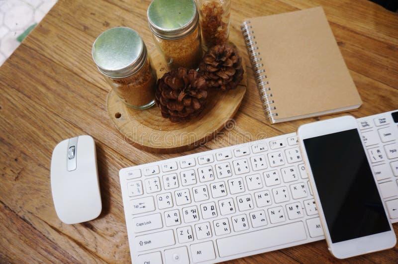 Tabla blanca del escritorio de oficina con muchas cosas en ella foto de archivo