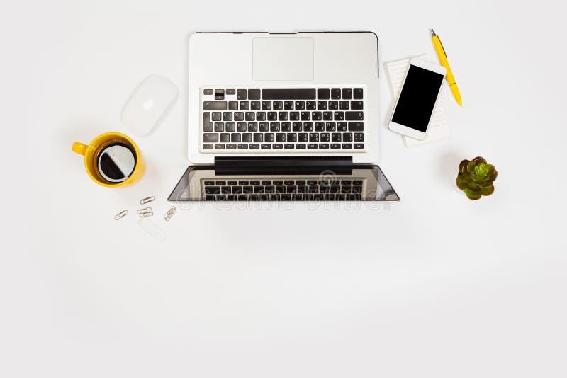 Tabla blanca del escritorio de oficina con muchas cosas en ella Visi?n superior con el espacio de la copia imagenes de archivo