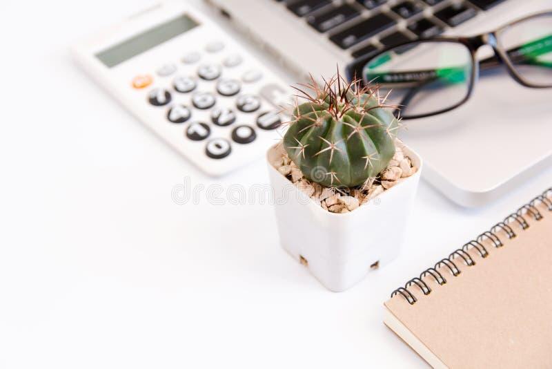 Tabla blanca del escritorio de oficina, oficina del espacio de trabajo con el ordenador portátil, smartphon fotografía de archivo libre de regalías
