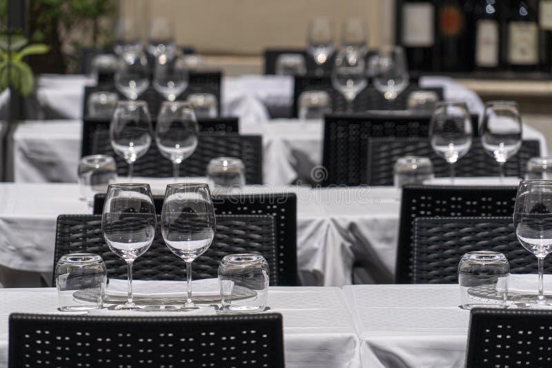 Tabla cargada en comida del restaurante al aire libre de Roma Italia gran imagen de archivo