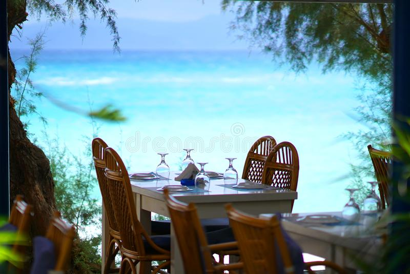 tabla cerca del mar en un restaurante de Agios Nikolaos fotos de archivo libres de regalías