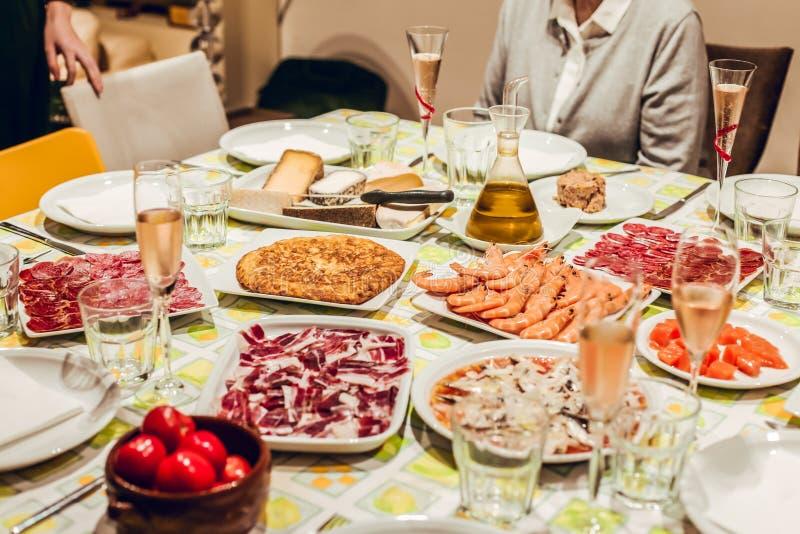 Tabla con la comida en mantel verde fotografía de archivo libre de regalías