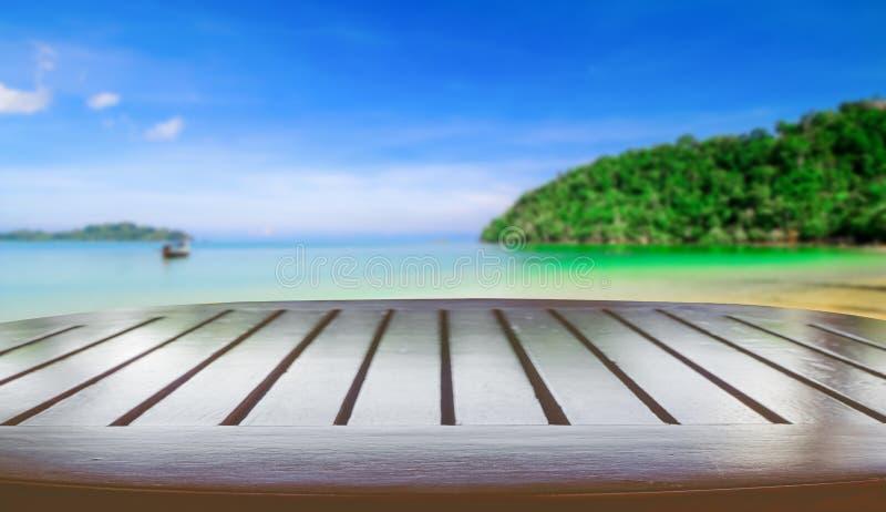 Tabla con la playa borrosa fotografía de archivo