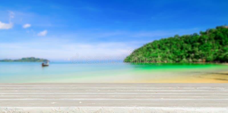 Tabla con la playa borrosa foto de archivo