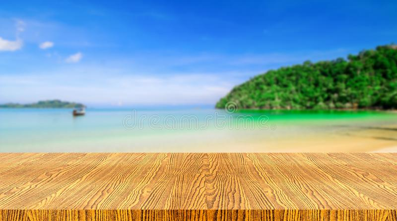 Tabla con la playa borrosa imágenes de archivo libres de regalías