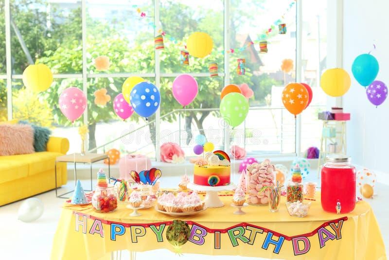 Tabla con la torta de cumpleaños y las invitaciones deliciosas fotos de archivo libres de regalías