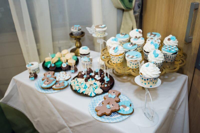 Tabla con las cargas de tortas, de magdalenas, de galletas y de cakepops fotos de archivo libres de regalías