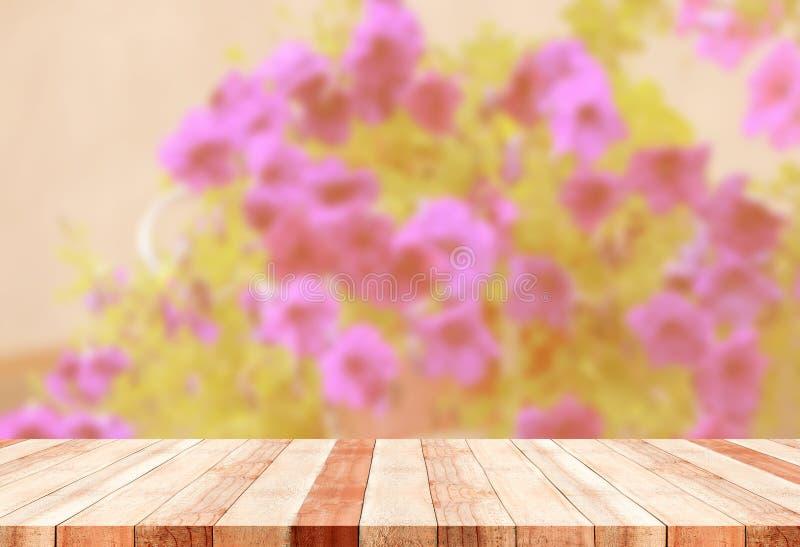 Tabla con las flores borrosas fotografía de archivo libre de regalías