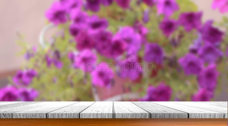 Tabla con las flores borrosas imagen de archivo libre de regalías