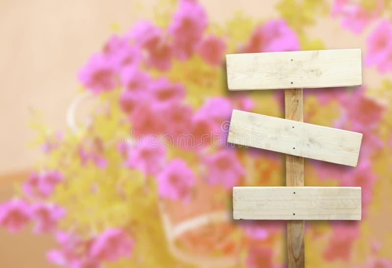 Tabla con las flores borrosas imagenes de archivo