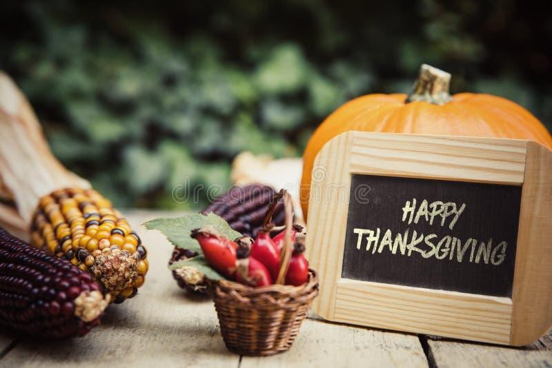 Tabla con las frutas y la pizarra del otoño imagen de archivo libre de regalías