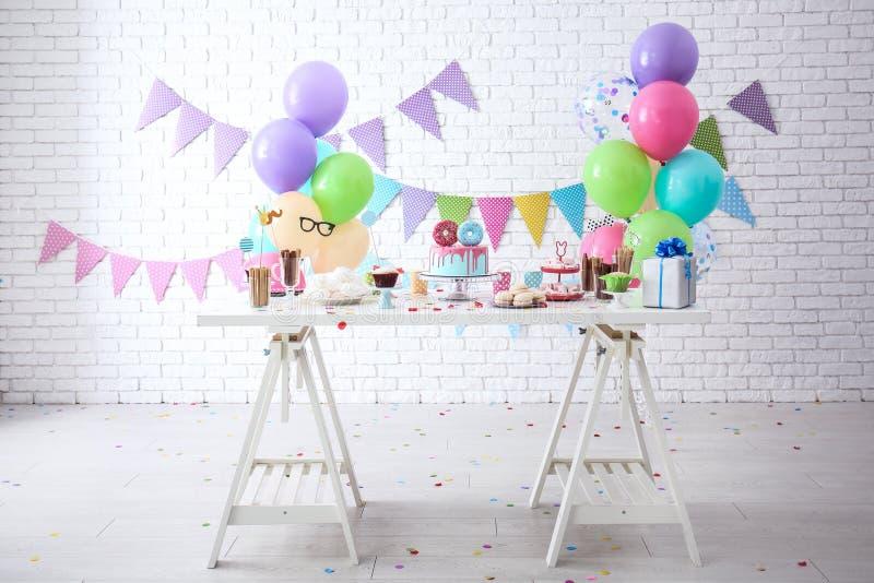 Tabla con los dulces preparados para la fiesta de cumpleaños fotografía de archivo