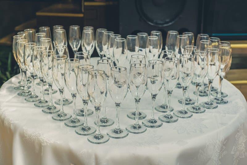 Tabla con los vidrios del champán, rústico entonado imagenes de archivo