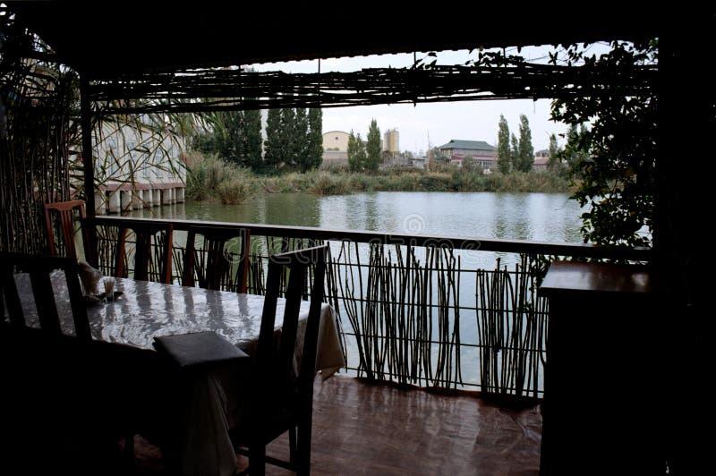 Tabla de bambú del restaurante que pasa por alto el mar fotografía de archivo libre de regalías