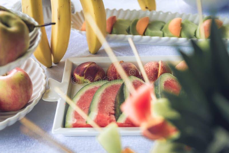 Tabla de banquete servida con la sandía, manzana, piñas, plátanos, kiwis imagen de archivo libre de regalías
