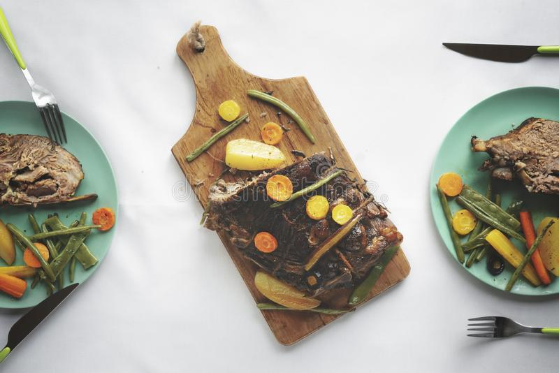 Tabla de cena con el filete y las verduras del cerdo foto de archivo libre de regalías