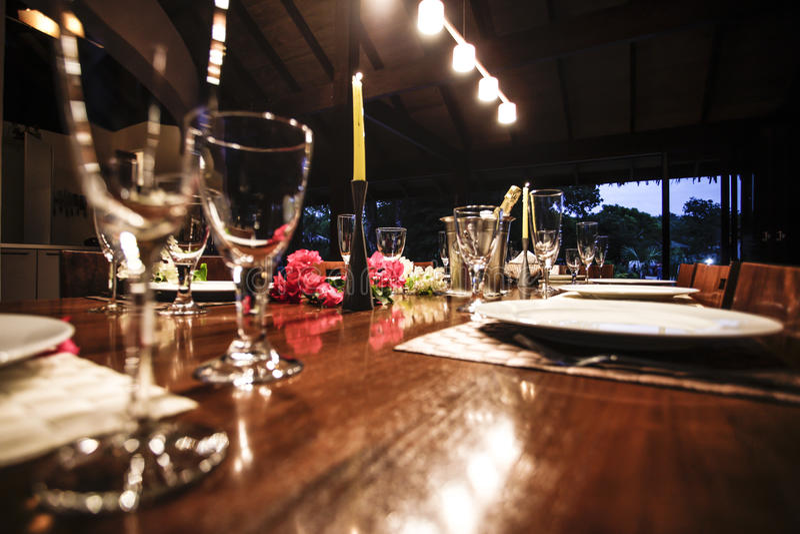 Tabla de cena con la decoración de la flor fotografía de archivo libre de regalías