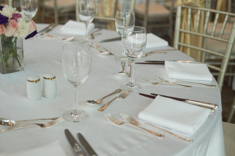 Tabla de cena con las copas de vino imagen de archivo