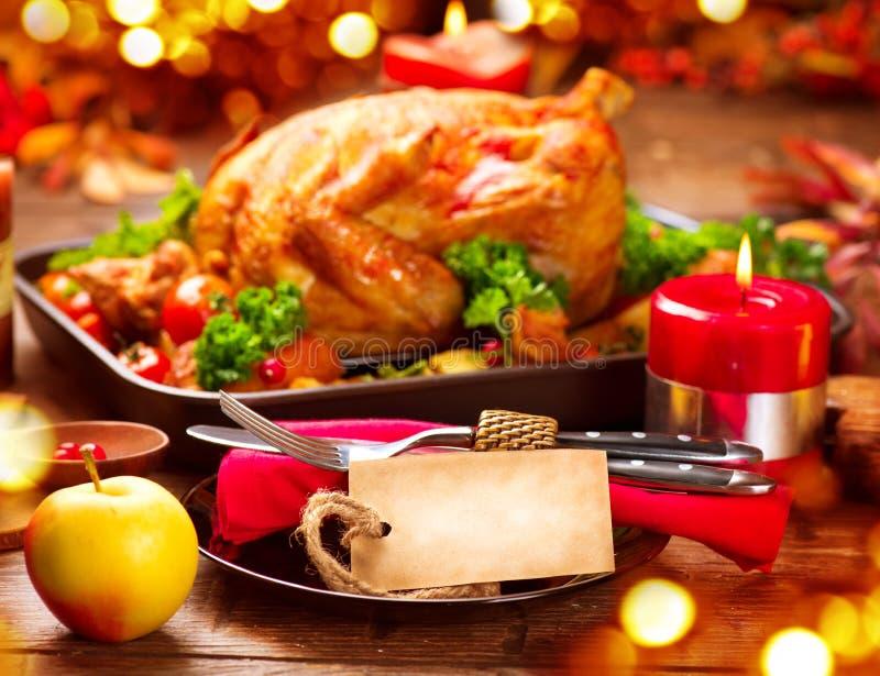 Tabla de cena de la acción de gracias servida con el pavo fotografía de archivo