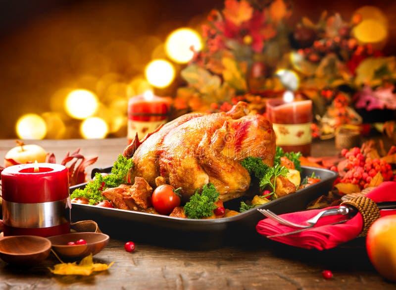 Tabla de cena de la acción de gracias servida con el pavo imágenes de archivo libres de regalías