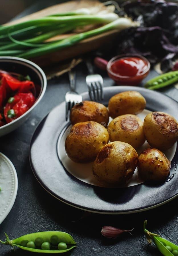 Tabla de cena deliciosa para dos con las patatas fritas, tomates orgánicos ensalada, aceitunas, cebolla verde, berenjenas, huevos imágenes de archivo libres de regalías