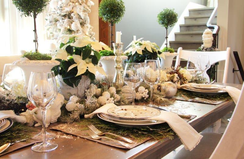 Tabla de cena elegante de la Navidad que fija en casa imagenes de archivo