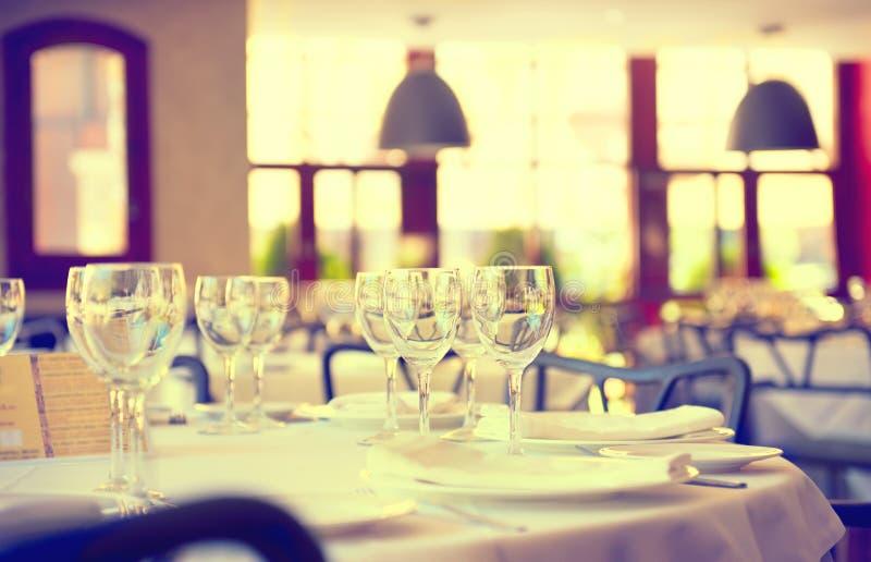 Tabla de cena servida en un restaurante imagen de archivo