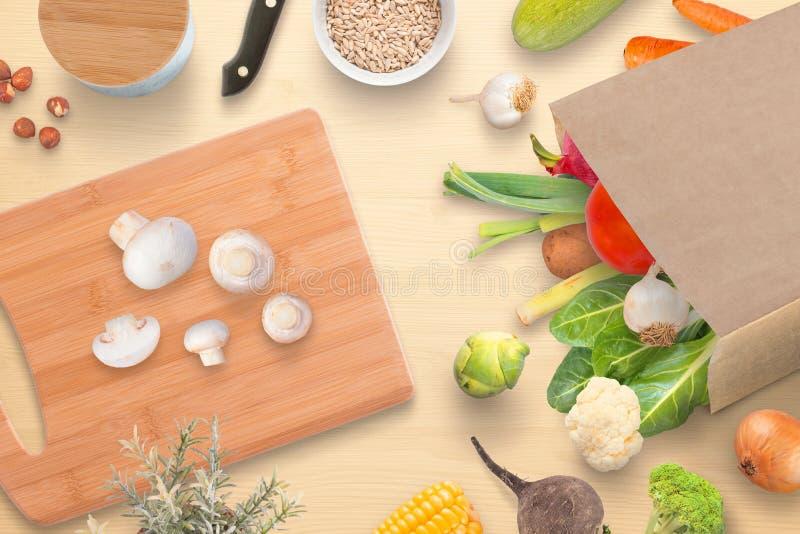 Tabla de cocina con la tabla de cortar, las setas, las especias y las verduras frescas del mercado de la ciudad imagen de archivo