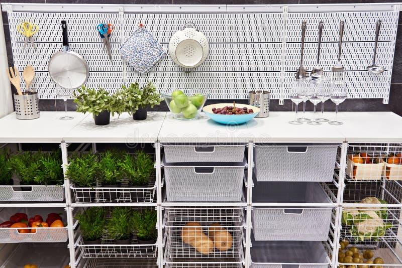 Tabla de cocina con los utensilios y las cajas de almacenamiento para las verduras imagenes de archivo