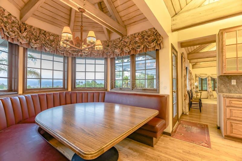 Tabla de cocina lujosa con zona para sentarse del estilo de la cabina en un upsc imagenes de archivo