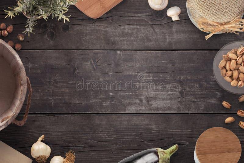 Tabla de cocina de país de madera vieja de la pocilga del vintage con cocinar los ingredientes, el cubo de la leche, la tabla de  fotografía de archivo libre de regalías